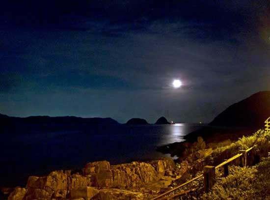 湖光秋月两相和,潭面无风镜未磨。