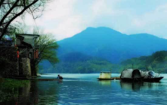 客路青山外, 行舟绿水前。