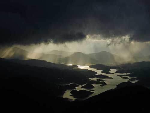黑云翻墨未遮山,白雨跳珠乱入船。