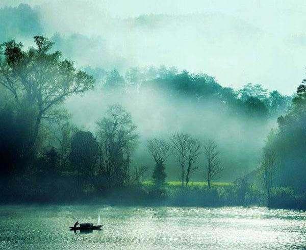 山雨潇潇过,溪桥浏浏清。小园幽榭枕苹汀。门外月华如水、彩舟横。 苕岸霜花尽,江湖雪阵平。两山遥指海门青。回首水云何处、觅孤城。