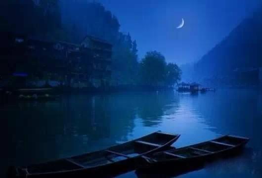 可惜一溪明月,莫教踏破琼瑶。解鞍敧枕绿杨桥。杜宇一声春晓。