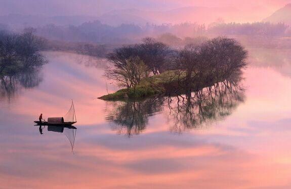 山色横侵蘸晕霞。湘川风静吐寒花。远林屋散尚啼鸦。